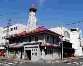 1913年に消防番屋として建てられた「紺屋町番屋」。屋根の上には望楼が備えられ、消防番屋として使われていた頃の雰囲気を残します。今ではこの場所で寄席を行うなど、市民のイベントも開催されています。