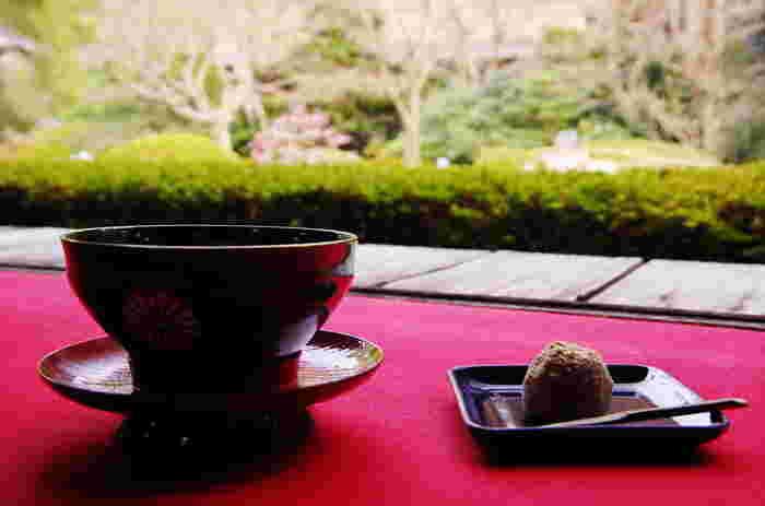 拝観料とは別に料金を払えば、好きな部屋を選んで抹茶とお菓子を頂くことができます。また、写経体験をすることもできますよ。
