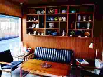 店内は、1963年にオープンしたオスロのショップを、そのまま日本に復元したとのこと。家具から小物までヴィンテージ感のあるおしゃれながら趣のある雰囲気で、日本にいながらノルウェーの街角で過ごしている気分が味わえます。