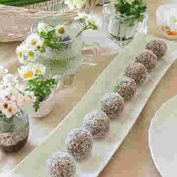 火やオーブンを使わず簡単に作ることができ、とにかく甘党にはたまらない「チョコレートボール(chokladboll)」。オートミール・砂糖・バターなどの材料を混ぜて、周囲にココナッツをまぶして完成。フィーカ(Fika)に欠かせないお菓子です*