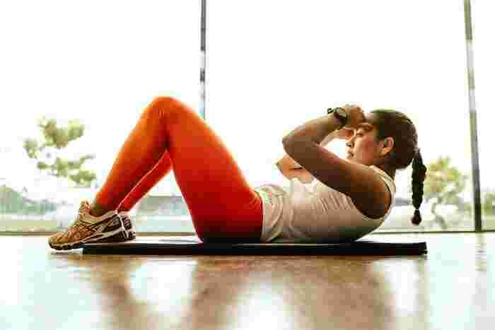 ひきこもり生活の中で、普段と最も運動量が変わるのが足ですよね。なにせ歩く量が減るわけですから、太ももの筋力も衰えやすくなってしまいます。実は足には面積の大きい筋肉が多くあって、その分消費エネルギーも大きいから基礎代謝を上げるために大切な部位なんです。