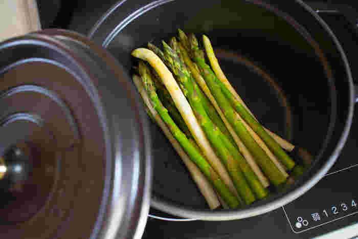 塩(胡椒)して、鍋に入れ、蓋をして蒸すだけで、引き出される野菜のおいしさ。春の恵み・グリーンアスパラとホワイトアスパラも、色みが鮮やかなまま蒸し上がります。 もちろん、夏は、トウモロコシもおいしく蒸すことができますよ(^-^)