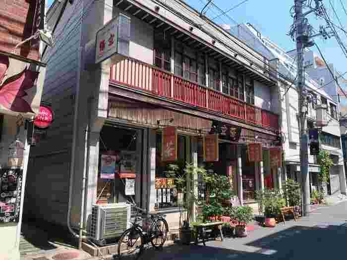 散策の途中、ほっとひと息に立ち寄りたいのが「悟空茶荘(ごくうちゃそう)」です。せっかく中華街に訪れたら、中国茶を堪能してみてはいかがでしょうか。「悟空茶荘」の1階では100種類もの茶葉が販売されており、2階が喫茶室になっています。元町中華街駅から徒歩約7分、「関帝廟」の近くにあります。