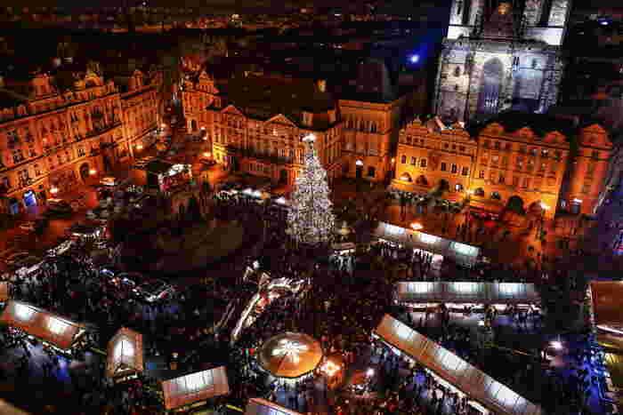 クリスマスマーケットは、ドイツのフランクフルトで始まったと言われるアドベントに行われるイベントです。ドイツ語では、Weihnachtsmarkt(ヴァイナハツ・マルクト)と言い、大きなマーケットでは、広場の中心にクリスマスツリーやクリスマスピラミッドが置かれ、その周囲に出店が並びます。