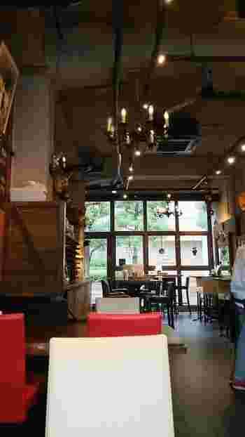 高い天井が開放的な店内の調度品は、初代オーナーが50年以上前にスペインで買い付けてきたものだそう。