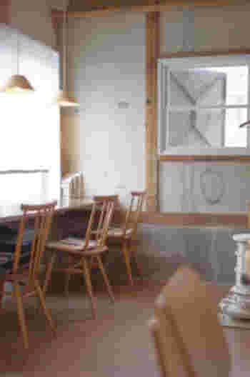 一人でも心地よく過ごせるカウンター席。白と木材を基調にしたインテリアに、心がほっと落ち着きます。