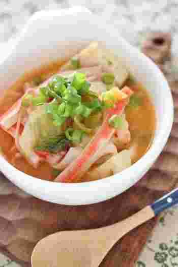 厚揚げにカニかま、白菜キムチに鶏がらスープ。ありあわせの材料でしっかり食べられる、ピリッと辛くて体がぽかぽかになるスープです。