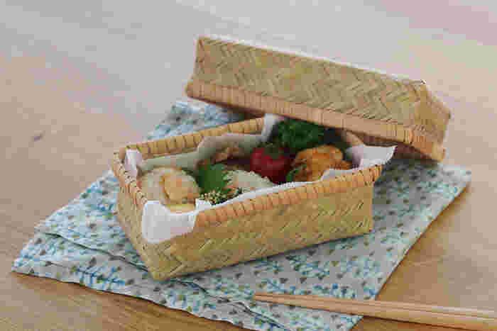 細めの竹ひごを組んだお弁当箱は、通気性に優れ軽いのが特徴です。普段とはちょっと違うお弁当を演出したいときに、竹のお弁当箱は便利です。
