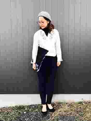 モノトーンコーデにグレーのゆったりめのベレー帽がよく合っています。ボストンタイプは、丸みがあって優しさを表現できますね。