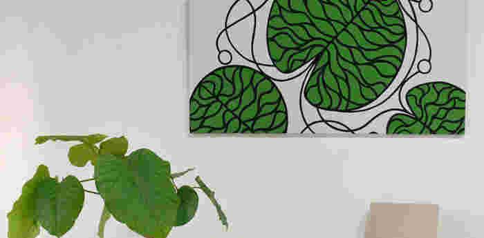 絵やポスターを壁に飾るよりも気軽に、インテリアの雰囲気を変えられるファブリックパネル。テーマを決めて、ファブリックをセレクトすれば、統一感ある仕上がりになります。お部屋の観葉植物とトーンを合わせて、グリーンが清々しい空間を作ってみてもいいですね。