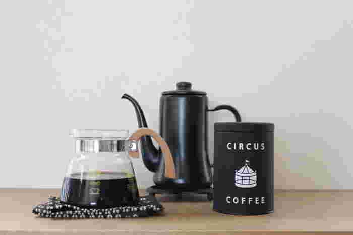 サーカスコーヒーのコーヒー缶は、サーカスコーヒーのポップなロゴがそのまま印刷されています。