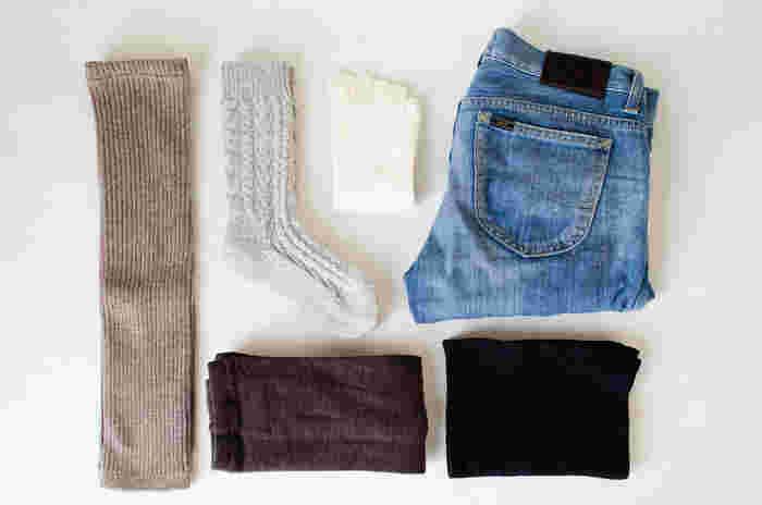 靴下はコーデ全体のバランス感を整えてくれるアイテムです。シンプルでおしゃれな着こなしがしたいという方は特に、靴下の配色やデザインにも気を配って、素敵な足元コーデを楽しんでみてくださいね。