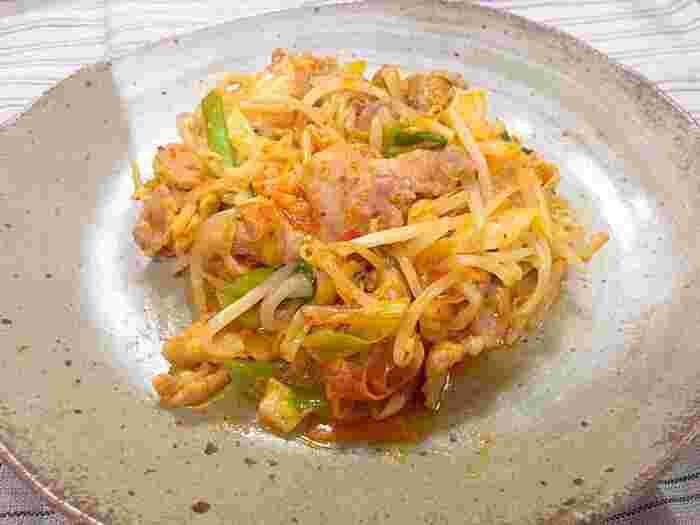 キムチのピリ辛味が食欲そそる豚キムチのレシピ。もやしや豆苗など、手に入れやすい野菜を使ってパパっと手早く作れちゃいます。ごま油の風味も相まって、これ一品でご飯がもりもり食べれてしまいそうです♪