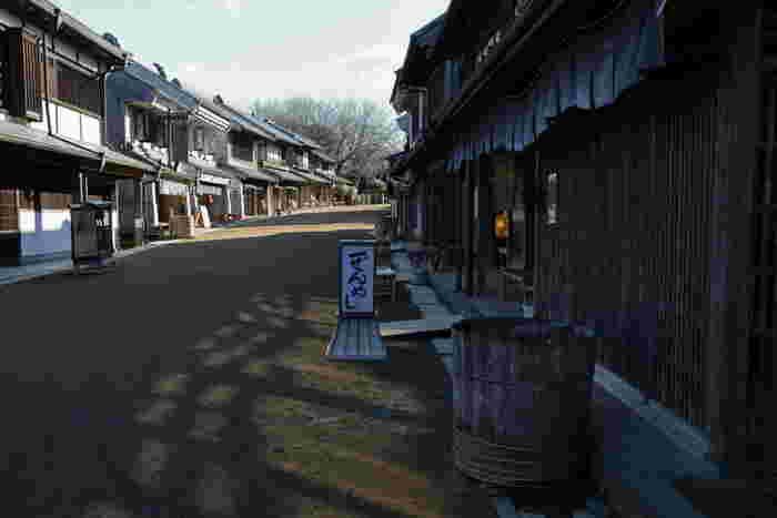 東関東自動車道の成田ICから約30分のところにある「房総のむら」は、まるで時代劇やジブリ映画のような町並みを体感できる博物館。全国的に有名な京都の太秦や日光などよりも比較的混雑が少ない穴場です。
