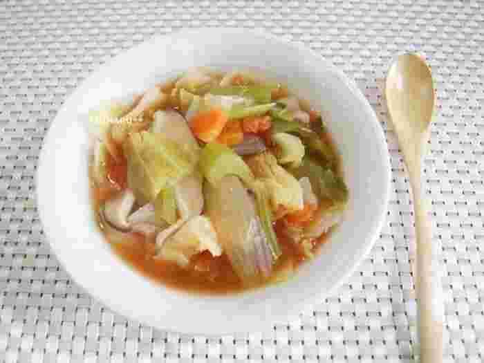 やさいたっぷり、唐辛子やショウガで代謝もアップ!のダイエットスープ。汁物なのでお腹が膨れるのも嬉しいですね。  「スープダイエット」として食べるときは、食事の一番最初に飲むことがポイントです。あたたかさの持続するスープジャーに入れて持って行きましょう♪