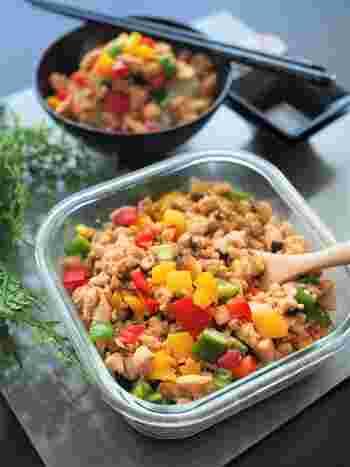 こちらが基本となる、中華そぼろ。鶏がらスープやオイスターソースを使って、中華風に仕上げています。パプリカもカラフルさが、いつもの晩ごはんに彩りをプラス。