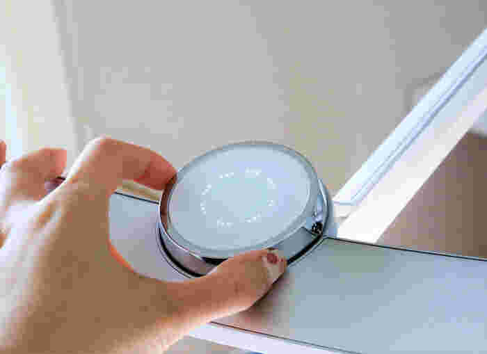 デスクライトは、薄暗い時間帯や夜の照明具合によって、デスクの明るさを細やかに切り替えられるタイプのものがおすすめです。デザインと機能を兼ね備えたライトを選びたいですね。