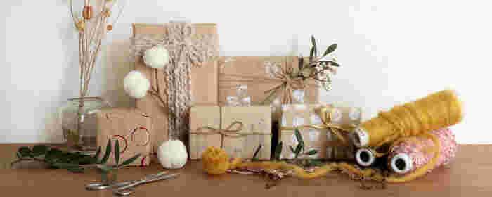 お菓子の簡単な詰め合わせ方法は、「箱」がおすすめ。  定番のボックスラッピングも、お家にある毛糸やリボンなど、身近なものでちょっとアレンジするだけで、ぐっと華やかになります。家にあるシンプルな箱、茶色のクラフト紙の包装も、アイディア次第でこんなにたくさんのアレンジが可能です。デコレーションを楽しみましょう。