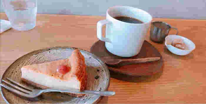 シンプルで素朴なチーズケーキとコーヒーを一緒に。近くに住んでいたら、毎日通いたくなるお店は奈良のお気に入りになりそう。