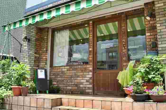 宇治のJR三室戸駅近くの人気スイーツ店。少し足を伸ばしても食べたくなる味です。近くには、伊藤久右衛門の宇治本店もありますよ。