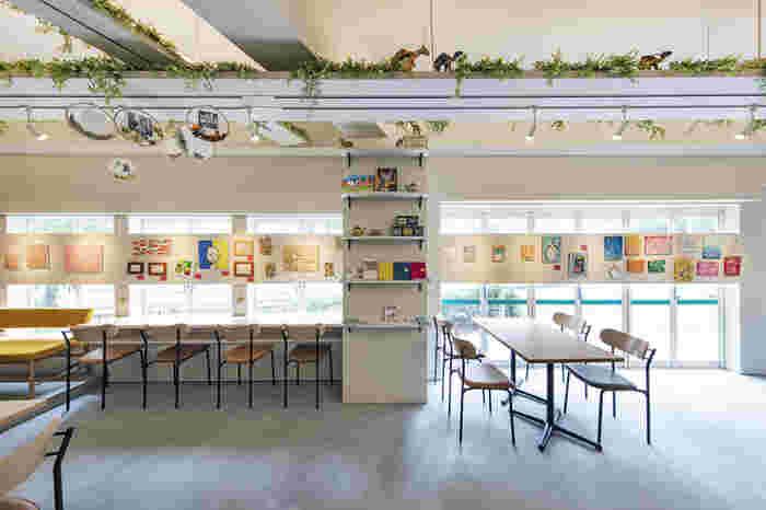 """""""日本にはアートが足りない!もっともっと日常にアートを!""""そんなコンセプトを掲げているカフェ。アーティストの作品が並ぶ店内は、キュートでPOP♪ギャラリーの展示は3週間ごとに変わるので、出かける前に是非ホームページをチェックしてみてください!"""