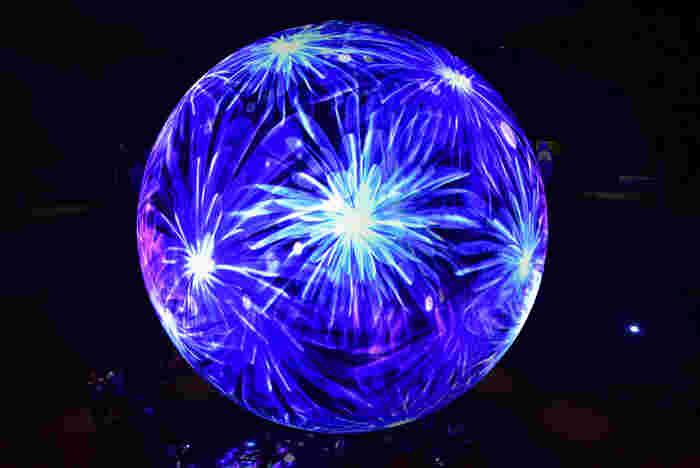 またニフレルでは、海に関するアートにも触れることができます。「ワンダーモーメンツ」というゾーンにある光の球体は必見です。幻想的な海のアートに、心が癒されそうですね。