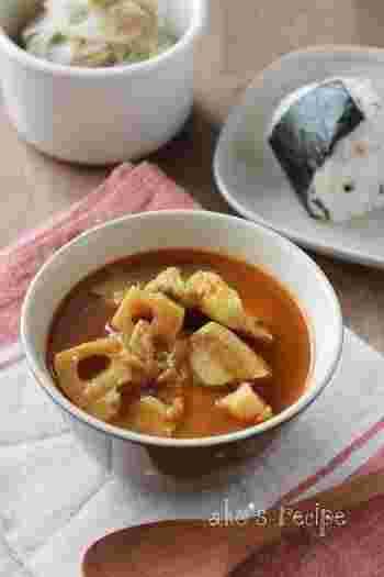 れんこん、ポークをメインに、だし汁で和風に仕上げたスープカレー。カレー粉の他に足す調味料は、おろしにんにくやしょうが、ケチャップや醤油など。家にあるものを上手に組み合わせて、コクのあるスープを作れます。