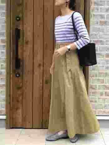 マキシ丈のたっぷりとしたスカートからちらりと覗くブルーのチェックのローファー。こなれ感の高い洗練された秋らしさを感じます。