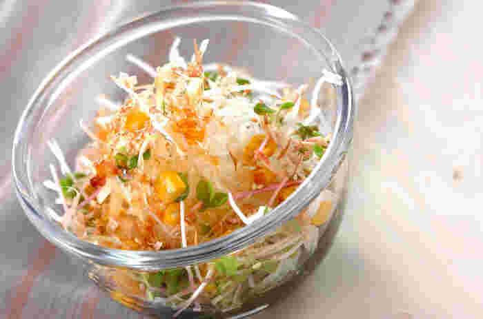 塩鯖にあう大根おろし。余ったら、大根とカイワレ、ワカメ、水煮のコーンでサラダを作って、副菜にするのも◎。さっぱり美味しくいただけて、かつお節をトッピングすればさらに和の風味が豊かになり、食欲をそそります。