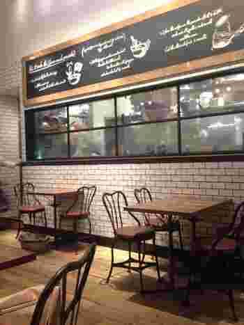 ファッションブランド「JOURNAL STANDARD」が運営するカフェなので、店内は黒板風のディスプレイや、黒枠窓など、インテリアもとってもお洒落。参考にしたくなるインテリアアイデアが満載です。