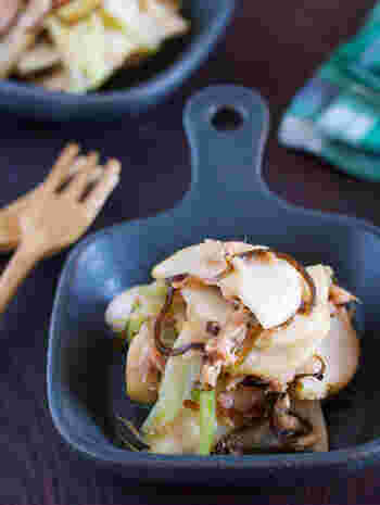 甘みを蓄えた冬のかぶは、生で食べてもジューシーでとっても美味。塩揉みした薄切りのかぶをツナと塩昆布で和えるだけの簡単サラダなら、あっという間にできちゃいます。