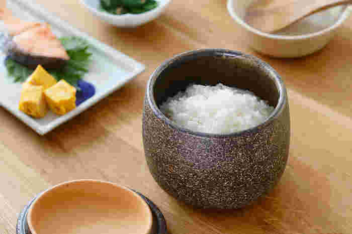 また、伊賀焼には多孔質の陶土を使っており、吸水性に優れるのも特徴のひとつ。こちらのめしびつはその性質を利用したもので、炊きたてご飯を入れると程よく水分を吸い取り、ふっくらでつやつやなご飯にしてくれます。余ったご飯は冷蔵庫に入れておいて、また食べる時にそのまま電子レンジに入れ、温め直せるのもうれしいですね。電子レンジを使った調理器具として、蒸し物なども作ることができますよ。