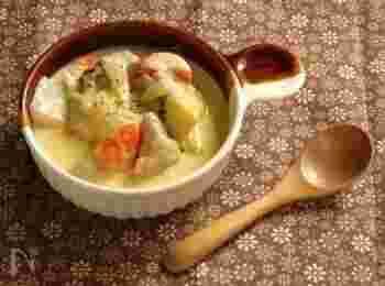 鶏肉、ニンジン、玉ねぎなどを使った基本的なレシピは、誰もがほっとする味ですよね。お肉と一緒にお野菜もたっぷり取れるひと皿です。生クリームを加えるとより濃厚でコクが生まれるのでおすすめです。