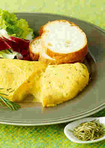 香り豊かなローズマリーと、とろりとろけるチーズが入ったオムレツのレシピ。すっきり爽やかな香りで、朝ごはんにも◎  【材料】 溶き卵4個分 ブラックペッパー(あらびき)少々 牛乳 大さじ2 ローズマリー(ホール)(みじん切り)小さじ1/2 ピザ用チーズ 20g バター10g グリーンリーフ(ひと口大)適量 トレビス(ひと口大)適量 バゲット適量
