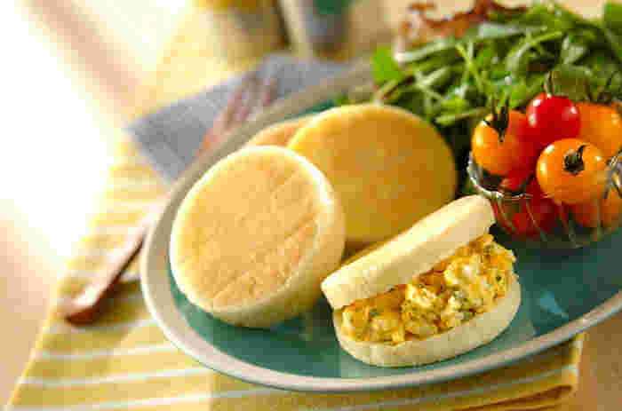 イングリッシュマフィンは、水分の多い生地を短時間発酵させて焼き、コーンミールをまぶしたパン。イギリスのほかアメリカなどでも人気です。真ん中でスライスし、卵料理やベーコンなどを挟むスタイルで朝食の定番になっています。