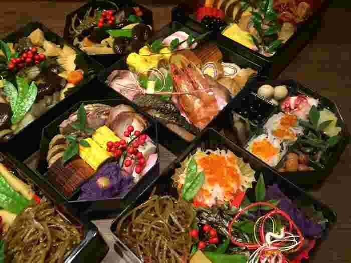 日本の伝統的な食文化、おせち料理。新年の食卓を美しく彩ります。手間のかかったおせちのひとつひとつには、様々な意味が…。その意味を知って一口ごとに噛みしめながら、年初のお食事をありがたく頂きましょう。