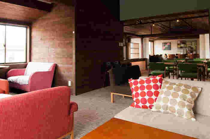 自宅のリビングにいるかのような、くつろげる2Fのソファー席。そのままお昼寝してしまいそうなほど、座り心地の良さそうなソファーが並びます。