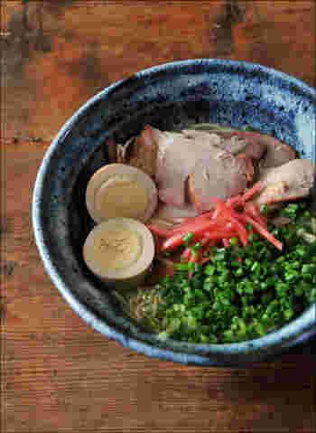 小代焼きの丼は深みのある藍色が魅力的です。ラーメン以外の丼物でも使い勝手が良さそうです。民芸の器を使えば、ラーメンの新しい演出が見つかりそう。