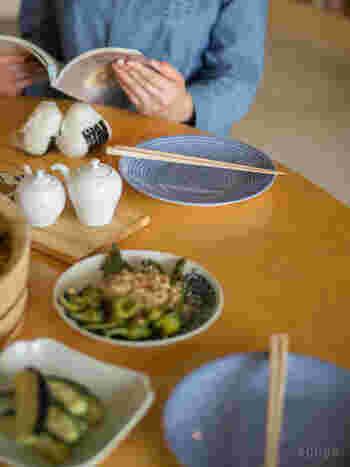 大きすぎず小さすぎない絶妙なサイズで、取り皿としてぴったり。お箸をおける大きさで、気取らない日常の食卓に馴染みます。