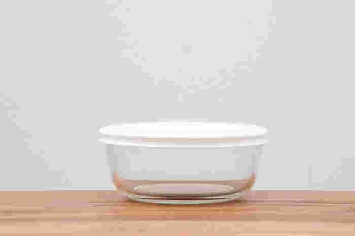 フタを付けたまま電子レンジ調理ができる耐熱ガラス製の保存容器。琺瑯と同様に匂いうつりの心配が無いのが嬉しいポイントです。こちらの保存容器はガラスの厚みも丁度良く、それ程重たさを感じないので、冷蔵庫の出し入れもスムーズ!