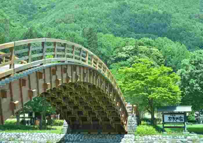浮世絵などでおなじみの太鼓橋。この「木曽の大橋」は近くを流れる奈良井川にかかっていて、樹齢300年以上の木曽檜造り。下を覗くと、匠の技に圧倒されます。
