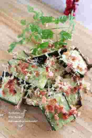 きゅうりに明太子とごま油をからめ、魚焼きグリルで焼くだけの簡単レシピ。火を通したきゅうりの食感とプチプチはじける明太子の食感が楽しい♪ワインのお供におすすめです。