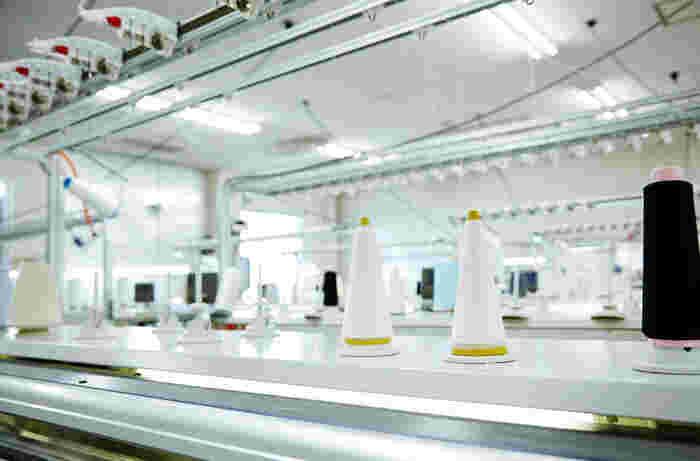 各地から集められた糸は、編み機にセットされていきます。工場には3ゲージ*から16ゲージ*までの機械がそろっていました