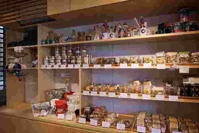 季節のフレーバーが人気のパウンドケーキや、スコーンなどの焼き菓子も。パッケージもおしゃれでお土産に喜ばれそうです。