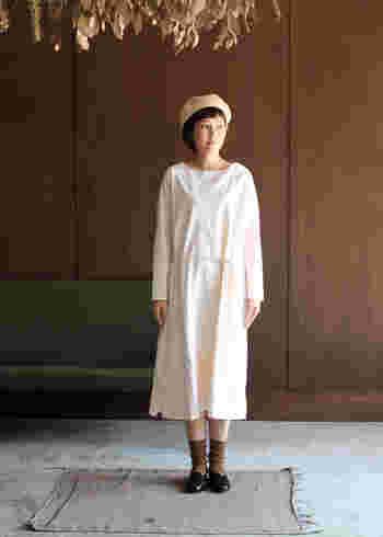 1枚で着てもサマになる、やわらかなホワイトカラーのワンピースです。ウエスト部分にはアクセントに、細めのロープ状のベルトが付いているのでシンプルになり過ぎないのもいいですね。