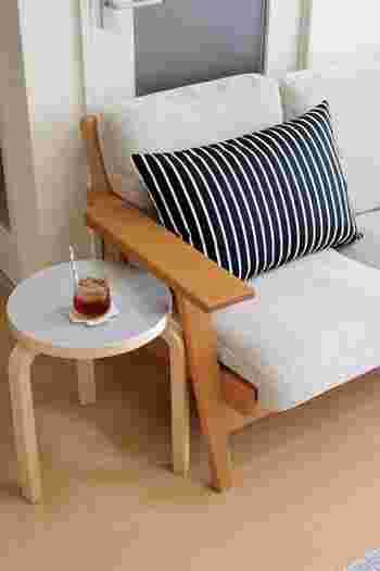 ソファの横に置いてコーヒーテーブルとして、玄関に置いてちょっと腰掛けるのに使ってみても。フィンランド産のバーチ材を使った3本脚が愛らしく、スタッキングしても目を楽しませてくれます。