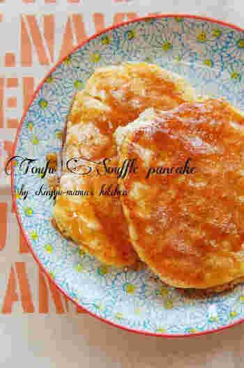 絹ごし豆腐を使った、ヘルシー感のあるスフレパンケーキ。手軽なホットケーキミックスを使っていますので、材料も作り方もシンプルです。