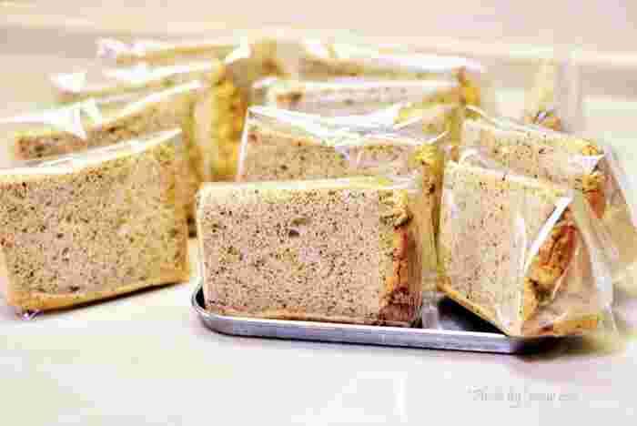 シフォンケーキは冷凍保存することもできます。保存しておけば、シフォンサンドがすぐに食べたくなったときに便利です。冷凍するときには、切ってから1つずつラップで包みましょう。さらに密閉できるビニール袋に入れて冷凍庫へ。1~2週間ほど日持ちしますが、なるべく早めに食べ切るのがおすすめです。自然解凍してから使いましょう。