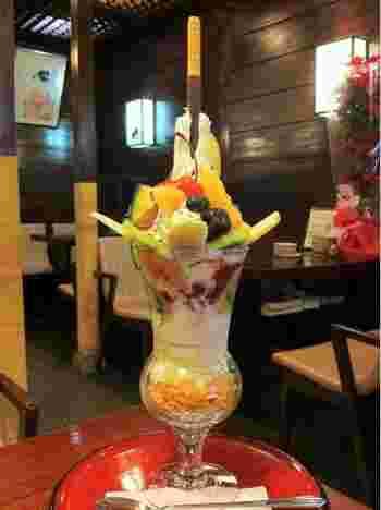 浅草新名物「スカイツリーパフェ」は高さ30センチの特大パフェ。たくさんの果物が入っており、見た目もインパクトがあるので浅草に来た記念に一度食べてみましょう。