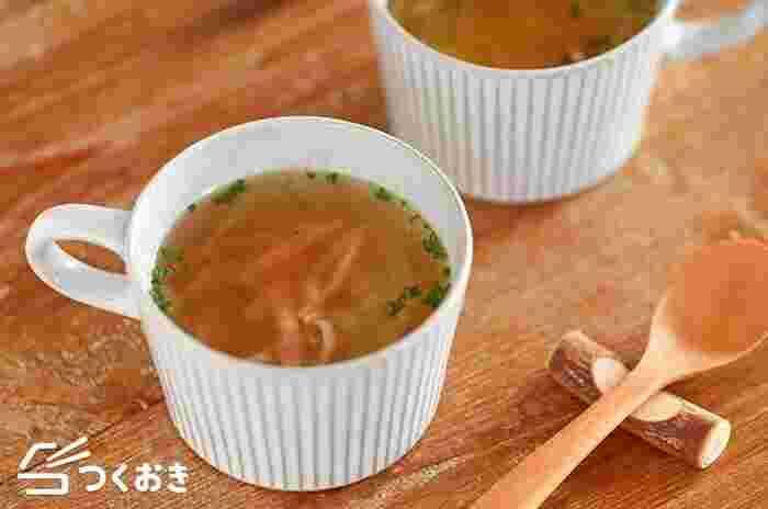 レンジで簡単!玉ねぎとベーコンのコンソメスープです。お好みで具材を足すなど、アレンジしても楽しいレシピです。